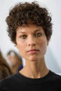 Cheveux Court Bouclé Femme : coupe courte cheveux boucl s 49 ondulations de style obsigen ~ Louise-bijoux.com Idées de Décoration