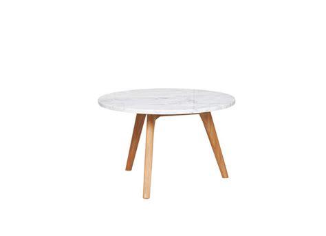 armoire lit avec canapé table basse avec plateau en marbre et pied bois