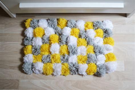 joli tapis color 233 en pompom gris et jaune chambre d