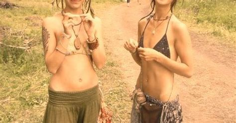 Walking Nude Hippie Girls Like To Be Naked ↑ Hippie