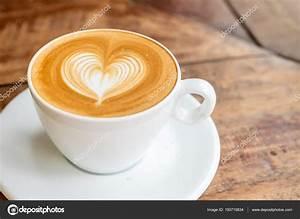 Kaffeetasse Mit Herz : hautnah wei e kaffeetasse mit herz form latte art auf registerkarte holz stockfoto ~ Yasmunasinghe.com Haus und Dekorationen