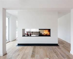 Moderne Kamine Als Raumteiler : dreisseitig einsehbarer kamin als raumteiler zwischen kueche und wohnraum haarden pinterest ~ Markanthonyermac.com Haus und Dekorationen
