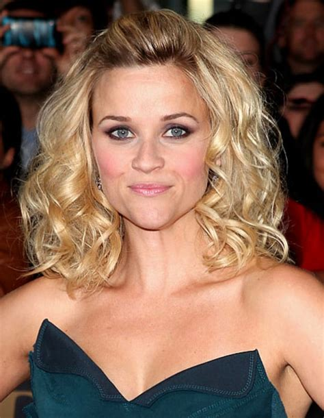 playful curls reese witherspoons   hairstyles