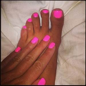 Celebrity nail trend: Lauren Goodger does neon pink mani ...