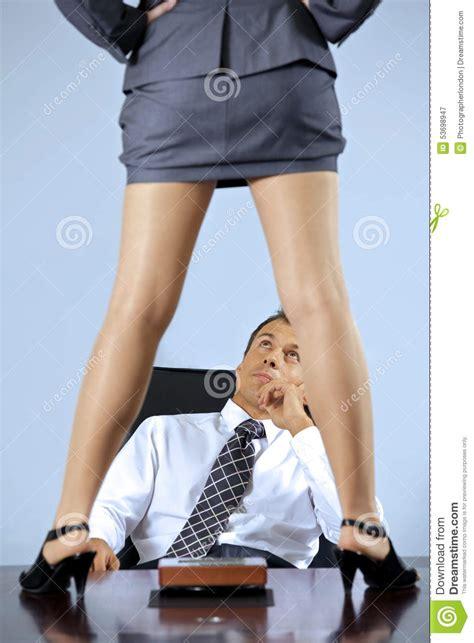 femme de m age bureau femme d 39 affaires se tenant sur la table devant l 39 homme d