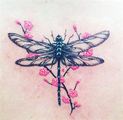 15 Hermosos tatuajes de libélulas y su poderoso significado