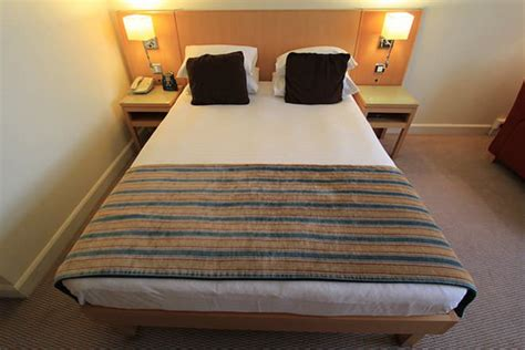Twin Headboard Measurements by Full Bed Vs Queen Bed Difference And Comparison Diffen