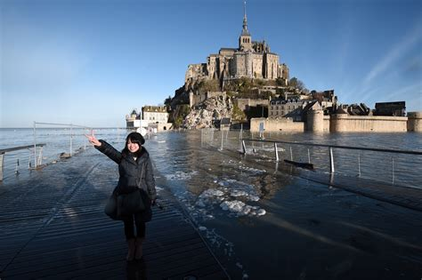 supertide draws tens of thousands to s mont