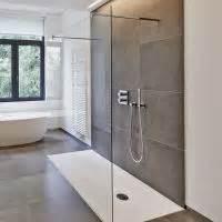 bad offene dusche und badewanne duschabtrennung vordach und schiebetür im glasprofi24 shop glasprofi24