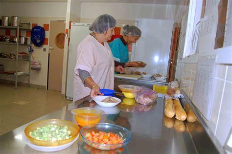 atelier cuisine en creche comment aigues mortes s 39 organise pour servir des repas 100