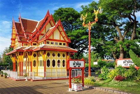 het stijlvolle hua hin railway station  door zijn unieke architectuur wereldberoemd daarnaast