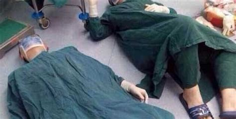 Foto ar uz grīdas guļošiem ķirurgiem pārsteidza visus ...