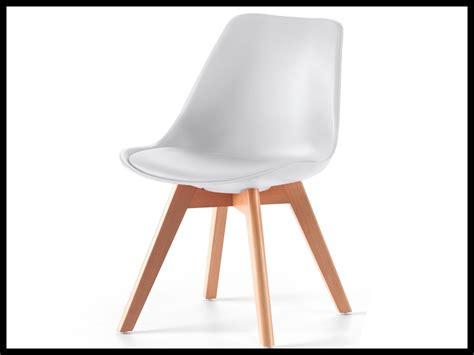 chaise noire avec pied en bois archives