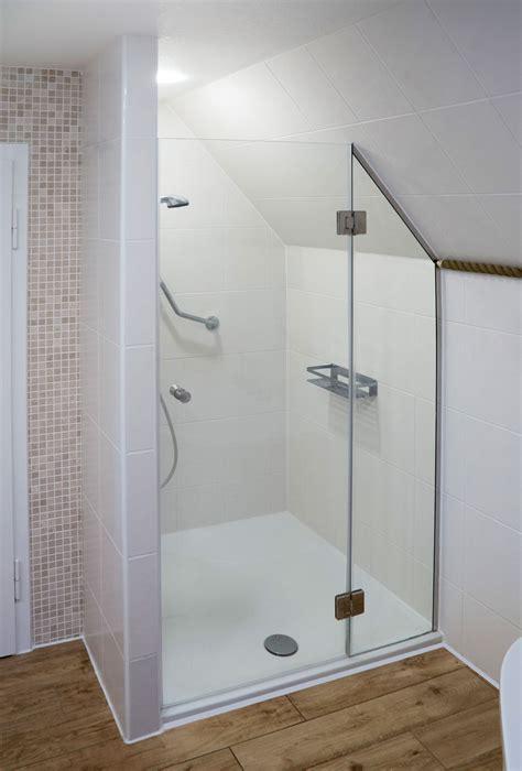 Kleines Badezimmer Dachschräge by Zweiteilige Nischendusche Mit Festteil Mit Schr 228 Gschnitt
