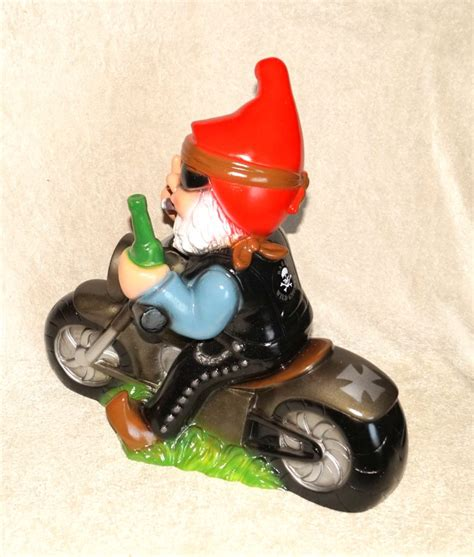 gartenzwerg der mittelfinger zeigt gartenzwerg rocker auf motorrad f 228 hrt cooles bike zeigt