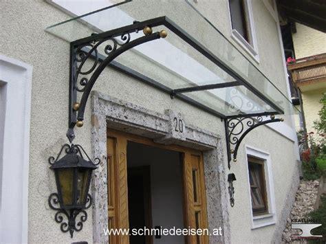 vordach schmiedeeisen glas vsg fassade haus glasvordach aussenfenster