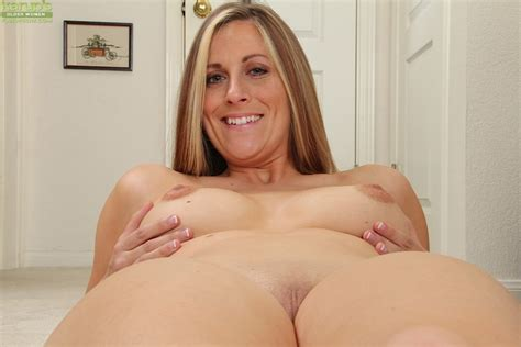Busty Wife Kate Lynn Rubbing Her Smooth Pussy Pichunter