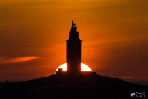 puesta de sol por detras de la torre de hercules daniel