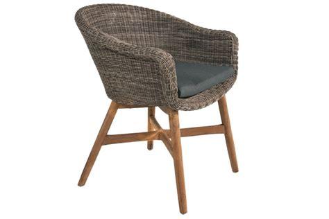 chaise ronde en rotin chaise en résine tressée ronde avec un coussin et des