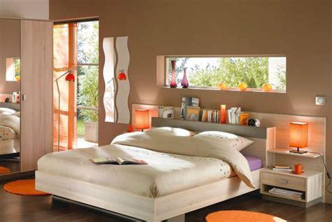 une chambre exotique en taupe et orange