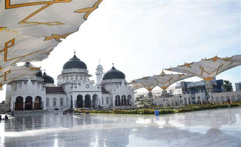 melihat keindahan masjid raya baiturrahman banda aceh