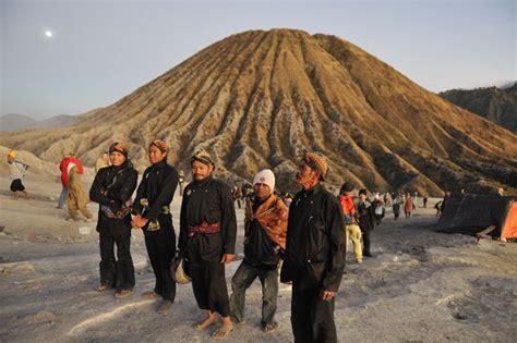 budaya suku tengger  kawasan gunung bromo pariwisata
