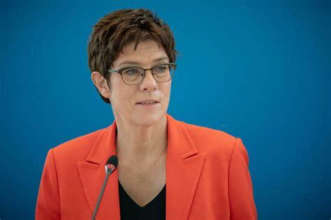 Doch merkel blieb herrin des verfahrens. Annegret Kramp-Karrenbauer: CDU-Chefin setzt auf schnelle ...