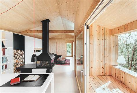 maison moderne en bois design contemporain lambris sol beton cire blanc cheminee poutres