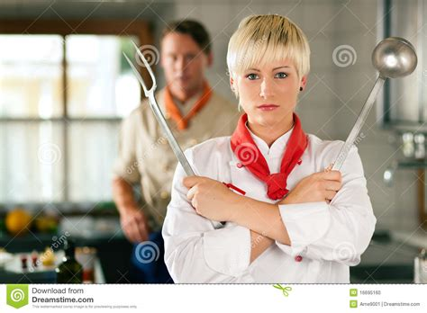 femme chef cuisine chef femme dans la pose de cuisine de restaurant photo