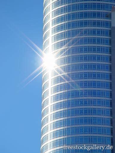 hochhaus mit blauer glasfassade