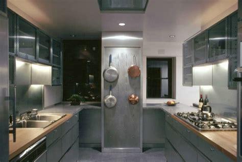 cuisine industrielle inox idées comment disposer les casseroles inox dans la cuisine