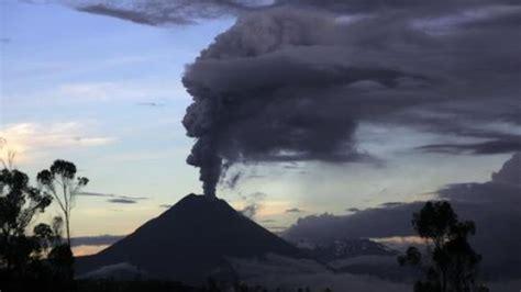 Seit etwa einer woche wird die gegend um die stadt grindavik auf der. Island: Vulkanausbruch verursacht Sperrung des Luftraums ...