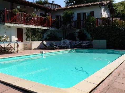 maison traditionnelle au coeur du pays basque avec piscine martin d arberoue