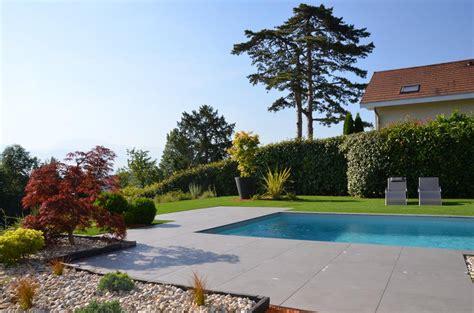 terrasse de piscine en carrelage gris anthracite compagnie