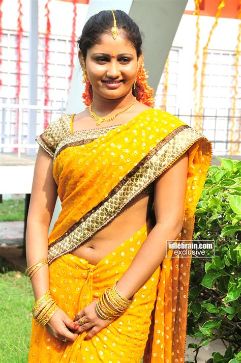 cinema pic tamil actress navel show  amrutha valli