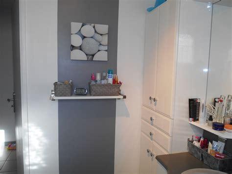 cuisine blanche et grise salle de bain photo 5 5 bande de peinture grise et tableau galets
