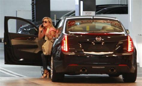 voitures de celebrites reese witherspoon se promene en