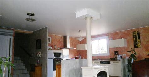 cuisine poele a bois dans la maison meunier plafond tendu à lyon