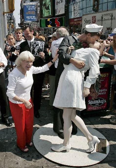 pm top news nurse kissed  sailor  iconic life