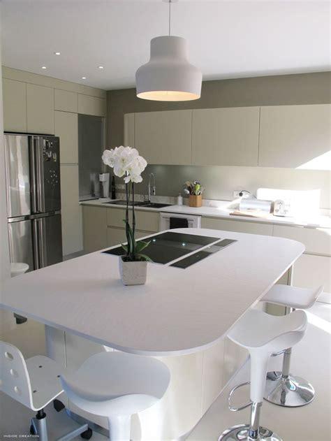 cuisine contemporaine avec ilot central les angles arrondis pour l 39 îlot central c 39 est pas mal