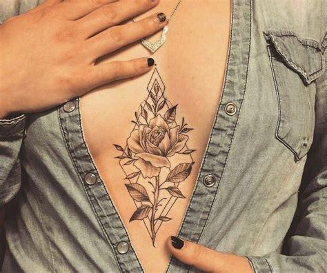 tattoo sous la poitrine rose dans losange tattoo