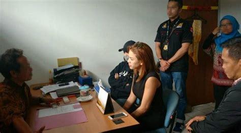 Foto Nikita Mirzani Saat Ditangkap Polisi