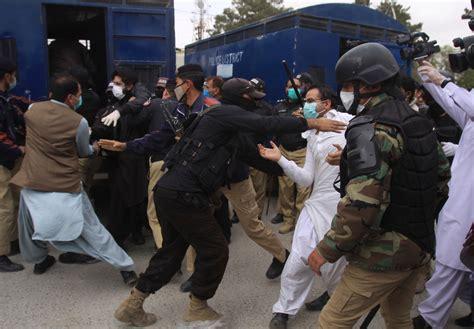 Pakistan police arrest doctors protesting lack of virus ...