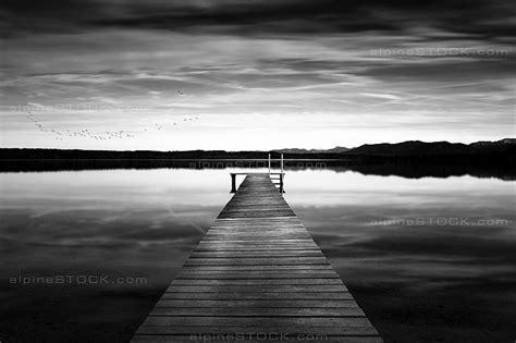 Schwarz Weiß Kontrast Bilder by Bootssteg Am See Im Herbst Schwarz Weiss Alpinestock