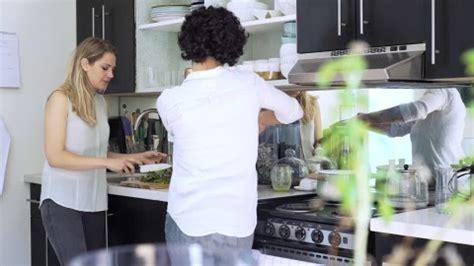 lesbienne cuisine lesbienne stock lesbienne stock footage framepool rightsmith