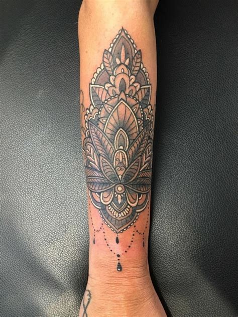 tatuaggi di fiori sul braccio tatuaggio sul braccio di una donna fiore di loto