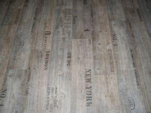 Fliesen Holzoptik Mit Schrift by Pvc Bodenbelag Holz Optik Planken Grau Mit Schriftz 252
