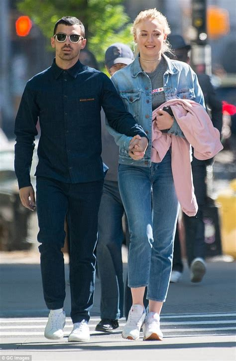 Joe Jonas and Sophie Turner share a smooch at lunch ...