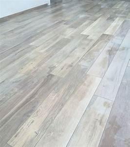 Le piastrelle in gres porcellanato effetto legno per il pavimento E' resistente e ha l'aspetto