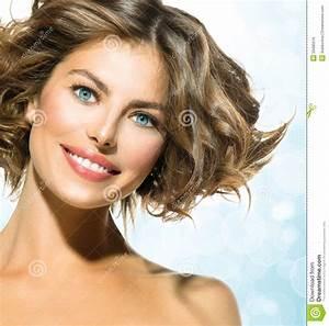 Cheveux Court Bouclé Femme : femme avec les cheveux boucl s courts photo stock image du nettoyage renivellement 33485016 ~ Louise-bijoux.com Idées de Décoration